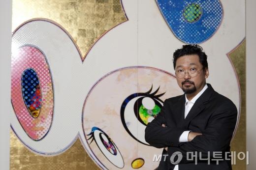작품 '순백색 복장의 도브(핑크 &amp;블루)' 앞에 선 무라카미 다카시 /사진제공=삼성문화재단<br /> DOB in Pure White Robe (Pink &amp; Blue), Acrylic and gold leaf on canvas mounted on aluminium frame, 300 x 300 cm, 2013 ⓒ2013 Takashi Murakami/Kaikai Kiki Co., Ltd. All Rights Reserved. Courtesy Galerie Perrotin
