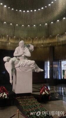 전승기념관 내 추모석상. 미켈란젤로의 피에타상을 모티브로 전장에서 죽은 아들을 품에 안은 어머니를 묘사했다./사진=머니투데이