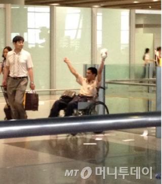 지중싱(冀中星 34)이 지난 20일 중국 베이징(北京) 서우두(首都) 공항에서 사제 폭탄을 터뜨리기 직전,주변 사람들에게 큰 소리로 자신에게서 떨어지라고 외치고 있다./사진 출처= 중국 웨이보