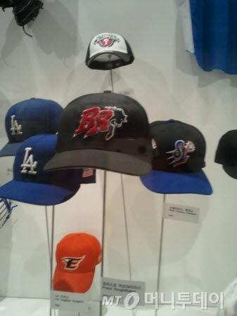 ↑.RR이 앞에 새겨진 모자가 더블A 프리스코 러프라이더스 모자. 그 오른쪽이 뉴올리언스 제퍼스, 왼쪽은 LA 다저스 등이다.