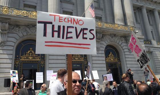 지난달 30일 샌프란시스코 시청 앞에서 차량공유서비스에 반대하는 택시 노조원들이 '테크노 도둑들'이라는 피켓을 들고 시위를 벌이고 있다. <사진출처:테크크런치>
