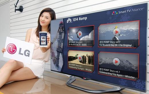 LG전자 모델이 스마트TV와 스마트폰, 태블릿PC 등 다양한 스마트기기에서 동시에 작동하는 멀티스크린 애플리케이션을 시연하고 있다. /사진 제공=LG전자