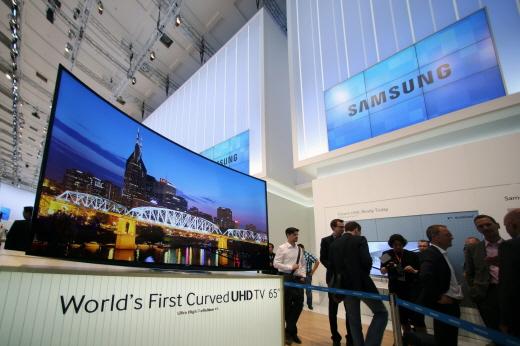 오는 6일 독일 베를린에서 열리는 IFA2013 전시회에 삼성전자가 세계 최초로 선보이는 65형 커브드 UHD TV./사진제공=삼성전자.