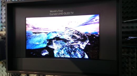 오는 6일 독일 베를린에서 열리는 IFA2013 전시회에 삼성전자가 세계 최초로 선보이는 55형 커브드 OLED UHD TV./사진=서명훈 기자.