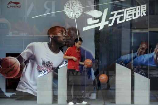 중국 베이징에 있는 한 리닝 매장에서 점원이 쇼윈도를 정리하고 있다. /사진=블룸버그