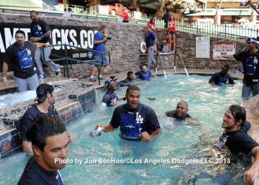 ↑ '풀게이트(poolgate)'라는 신조어를 만들어낸 LA 다저스 선수들이 애리조나 체이스필드 수영장을 점거한 스캔들. 오랜 기간 LA 다저스의 사진 담당으로 활동하고 있는 존 수우씨가 촬영한 사진이다.