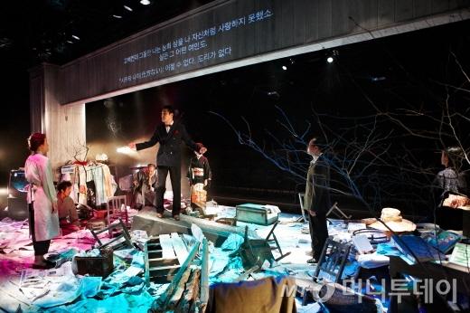 연극 '가모메'(カルメギ)는 한·일 배우들이 각자의 언어, 혹은 서로의 언어를 섞어가며 연기를 펼친다. 객석은 무대를 중심으로 양쪽으로 나눠져 있다. /사진제공=두산아트센터