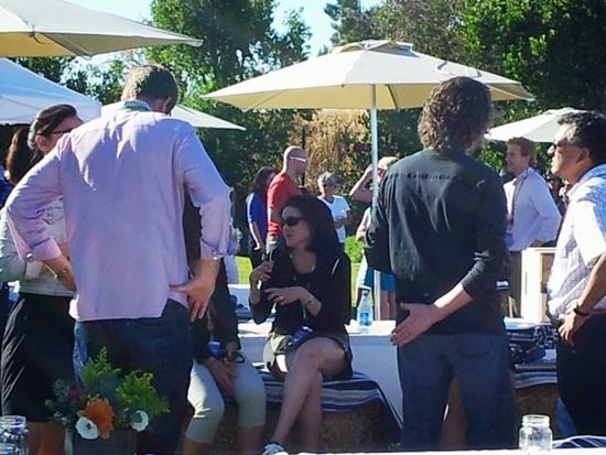 같은 행사에서 셰릴 샌드버그 페이스북 최고운영책임자(COO)가 기자들과 대화를 하는 모습. /멘로파크=유병률기자