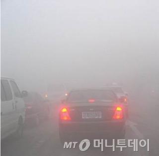 스모그가 극심했던 지난 6일 베이징과 톈진(天津) 등 중국 수도권에서는 한치 앞도 분간하기 어려워 일부 공항과 고속도로가 폐쇄됐다/사진=웨이보