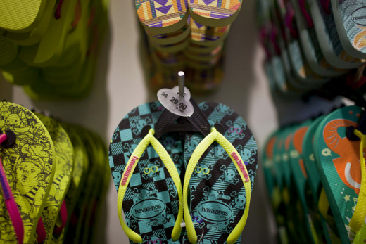브라질 리오데자네이루의 한 매장에 하바이아나스의 플립플롭이 진열돼 있다. /사진=블룸버그