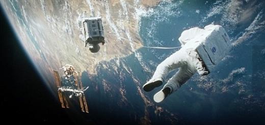 우주배낭 추진체를 맨 맷 코왈스키가 스톤 박사를 줄로 이어 가장 가까운 위성으로 대피하고 있다/사진=워너브라더스코리아