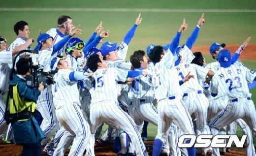↑ 한국시리즈 우승 확정 후 세리머니를 펼치는 삼성 라이온즈 선수들 ⓒ사진=OSEN<br />