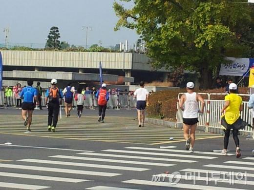 3일 열린 중앙마라톤 대회에서 결승점인 잠실종합운동장으로 골인하고 있는 5시간대 이후 주자들. 남들보다 1~2시간을 더 뛰어야 했던만큼 이들이 겪은 '고통'도 더 크다.