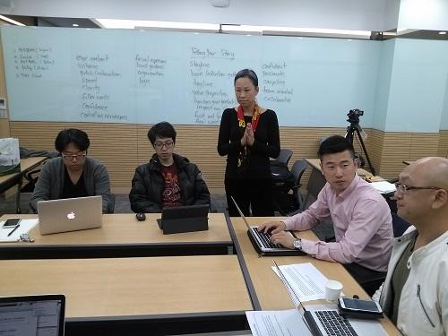 베티 청(Betty Chung) 카이스트 경영대학원 교수(왼편에서 세번째)가 '2013 실리콘밸리 K-Tech 스타트업 IR'에 참가하는 한국 토종 스타트업에게 영어 피칭레슨을 하는 모습. / (사진= 강상규 소장)