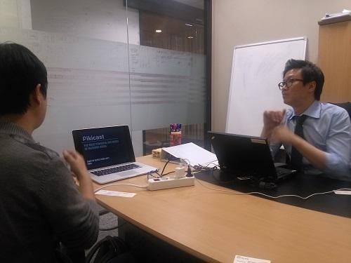 최기원 딜로이트컨설팅 상무(오른편)가 영어 PT슬라이드 작성을 지도하는 모습. / (사진= 강상규 소장)