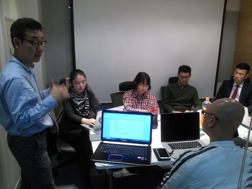 홍상민 넥스트랜스 대표(맨왼편)가 영어 PT슬라이드 작성을 지도하는 모습. / (사진= 강상규 소장)