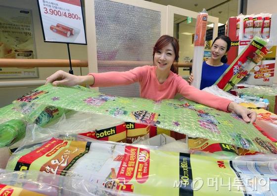 이마트 용산점 공구매장에서 모델들이 유리창 단열시트를 선보이고 있다.  / (서울=뉴스1) 최영호 기자