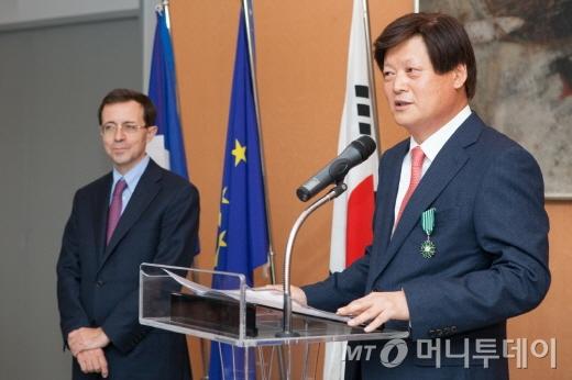 루이까또즈 전용준 회장이 25일 오후 서울 주한 프랑스대사관에서 프랑스 문화예술 공로훈장 기사장을 수여 받고 있다./사진제공=루이까또즈
