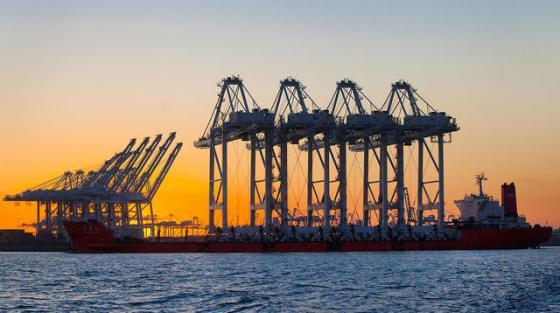상하이전화중공업(ZPMC)의 크레인이 배에 실려 미국 캘리포니아주 롱비치항구로 옮겨지고 있다. /사진=블룸버그