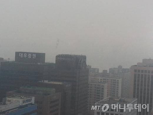 2013년 12월5일 오전 10시경, 여의도 금융투자협회에서 바라본 대우증권 모습. 그 너머엔 한강과 북한산이 있지만 아예 보이지 않는다.