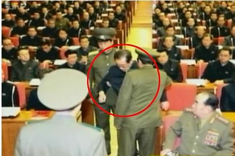 노동당 정치국 확대회의 석상에서 보안부요원에게 끌려나가는 장성택./사진= 조선중앙TV 캡처