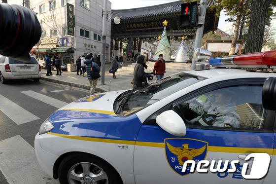 지난 24일 철도노조 지도부가 서울 종로구 조계사에 은신하고 있다는 사실이 알려지면서 성탄절인 25일 경찰이 조계사를 둘러싸고 있다./사진=뉴스1
