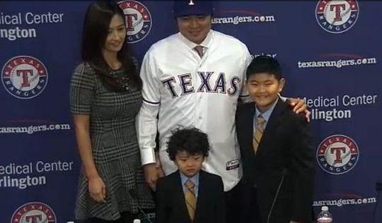 ↑추신수가 27일(현지시간) 텍사스 레인저스의 홈구장 레인저스 볼파크에서 텍사스와의 입단식을 가졌다/ 사진=MLB 홈페이지