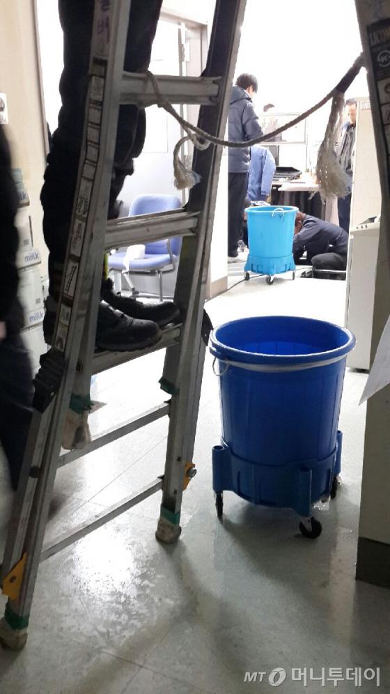 24일 오전 배관이 터져 청사내에서 물이 샌 고용노동부 사무실