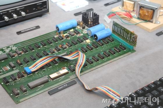 넥슨 컴퓨터 박물관에 전시돼있는 '애플1' 진품. 스티브 잡스와 워즈니악의 손 때가 묻어있는 기판이다/사진제공=NXC