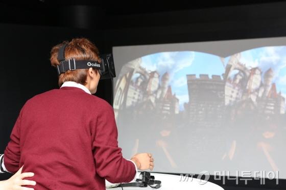 안경을 쓰고 고개를 뒤로 돌리면? 뒤가 보인다. 밑을 보면? 밑이 보인다. 미래형 게임기 '오큘러스 리프트'/사진제공=NXC