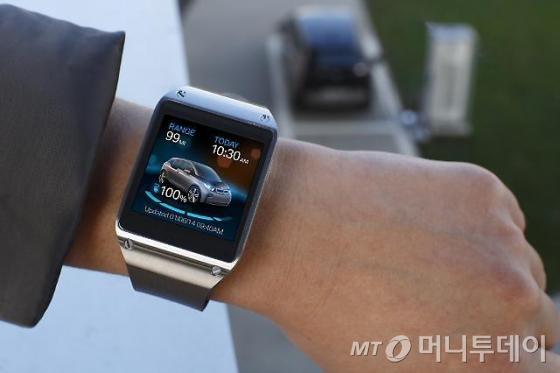 삼성전자가 CES 2014에서 BMW, 자전거 제조사 트렉(Trek) 등과 파트너십을 맺고 갤럭시 시리즈를 다양한 제품들과<br>연결해 활용하는 사례들을 시연했다.  사진은 갤럭시 기어로 BMW의 전기자동차 i3를 제어하는 이미지. /사진=삼성전자