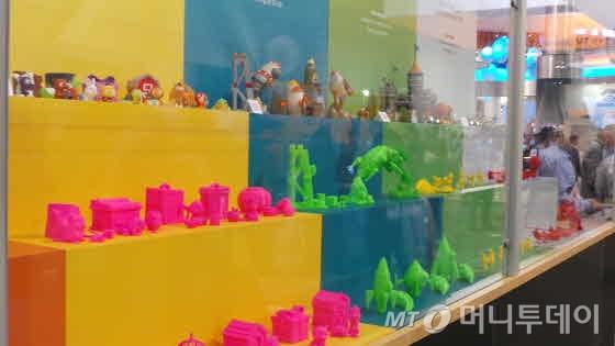 CES 2014에 전시된 3D 프린터로 생산된 제품들. 아직 색상이나 정교함이 다소 떨어진다./사진=서명훈 기자