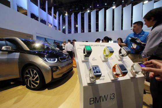 삼성전자가 7일 미국 라스베이거스에서 개막한 세계 최대 국제가전전시회(CES 2014)'에서 BMW, 자전거 제조사 트렉(Trek) 등과 파트너십을 맺고 갤럭시 시리즈를 다양한 제품들과 연결해 활용하는 사례들을 시연했다. 사진은 이날 공개된 갤럭시 기어와 BMW i3의 모습. /사진 제공=삼성전자