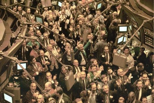 닷컴거품이 한창이었던 1999년 3월16일 미국 뉴욕증권거래소에서 다우지수가 1만선을 돌파하자 트레이더들이 환호하고 있다. /사진=블룸버그