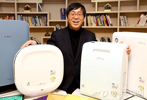 한창수 코웨이 에어개발그룹 팀장이 서울 봉천동 코웨이 연구개발(R&D)센터에 전시된 공기청정기들을 소개하며 활짝 웃고 있다. /사진=이기범 기자