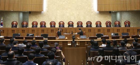 지난달 18일 오후 서울 서초동 대법원 대법정에서 열린 통상임금사건 관련 대법원 전원합의체 선고 당시 모습. <br>