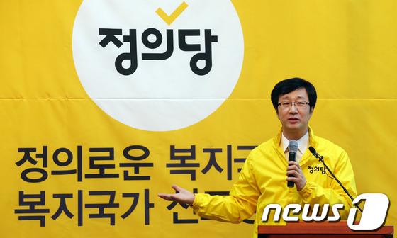 천호선 정의당 대표가 14일 당 통합이미지(PI)를 설명하고 있다. 2014.1.14/뉴스1