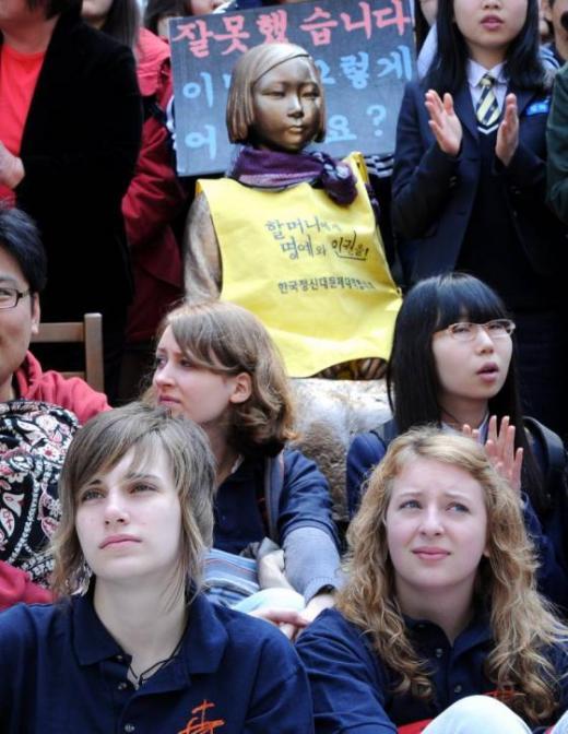 2012년 4월 일본군 위안부 문제 해결을 위한 정기 수요집회에 참가한 외국인 학생들 / 사진=뉴스1