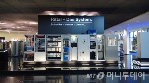 ↑↑리탈의 대표적인 산업용 인클로저 모델 '더 시스템'(The System) 모습. 글로벌 표준이 된 인클로저 플랫폼 T8이 내장돼있다.