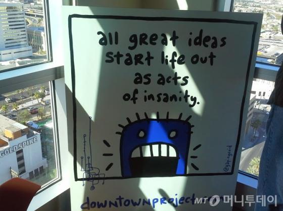 토니 셰이의 집 거실에 걸려 '모든 위대한 아이디어는 미친 짓에서 시작된다'는 내용의 포스터. /라스베가스=유병률기자
