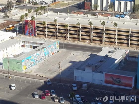 토니 셰이가 사는 아파트에서 내려다본 거리의 건물 벽화. /라스베가스=유병률기자