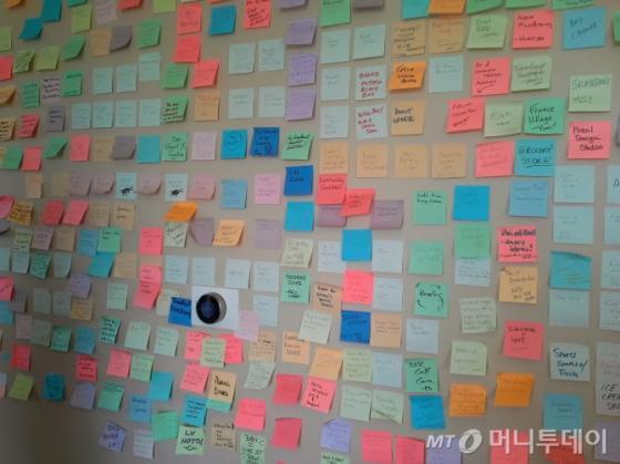 토니 셰이의 집 거실 벽에는 다운타운 주민들의 소원수리를 담은 수백장 포스트잇이 붙여져 있다. /라스베가스=유병률기자