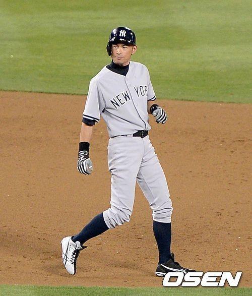 ↑ 올해 나이 41세, 뉴욕 양키스의 스즈키 이치로는 올해도 현역으로 뛰겠다는 뜻을 분명히 하며 시즌을 준비하고 있다. 일본프로야구에서 최고의 위치에 오른 후 2001시즌 메이저리그에 데뷔한 이치로는13시즌동안 2742안타를 기록한 '타격 천재'다. 그의 야구에 대한 집념과 열정이 다시 보인다. ⓒ사진=OSEN