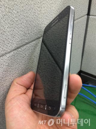 갤럭시 코어 어드밴스 전면에는 홈 키 외 뒤로가기, 메뉴가 모두 물리적 버튼으로 구현돼 있다. 측면에도 전원버튼 외 카메라버튼, 음성녹음 버튼이 물리적 버튼이다. / 사진=이학렬 기자
