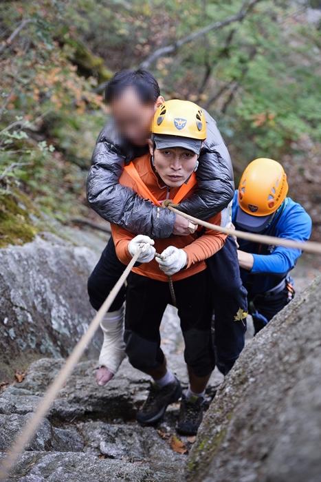 북한산 산악구조대 김창곤 대장과 대원들이 부상자를 구조하고 있다. /사진=북한산 산악구조대 제공