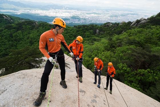 북한산 산악구조대원들이 훈련하는 모습. 산악구조 현장에서 조직력은 무엇보다 중요하다. /사진=북한산 산악구조대 제공