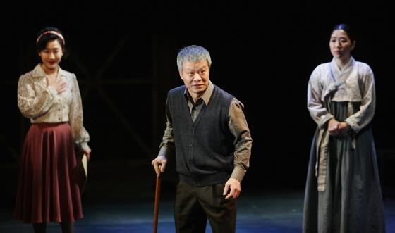연극 '환도열차'에서 본명 최양덕을 지운 채 '한상해'라는 다른 이름으로 60년을 살아온 인물(가운데)과 세월을 훌쩍 넘어와 낯선 남편을 마주하게 된 지순(오른쪽) /사진제공=서울 예술의전당