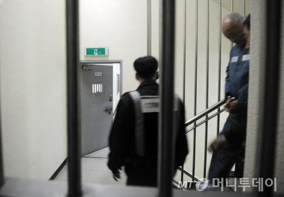 일당 5억원 '황제 노역'이 중단된 허재호 전 대주그룹 회장이 26일 오후 광주지방검찰청에 소환돼 조사를 받고 교도소로 향하고 있다./사진=뉴스1