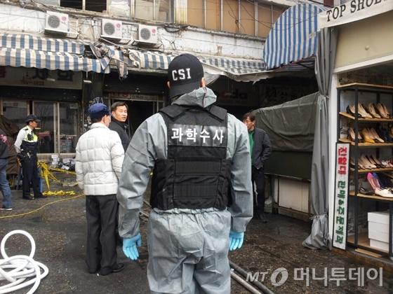 27일 오전 10시쯤 서울 종로구 창신동 동대문 신발도매상가에서 경찰과 소방, 전기안전공사로 구성된 합동조사단이 화재원인을 조사하고 있다. /사진=김유진 기자