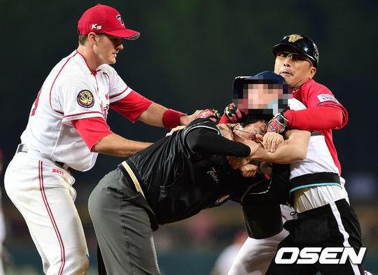 심판 폭행은 일본 프로야구에서는 상상도 할수없는 일이다. 메이저리그에서는 즉시 체포와 해당 구장 영구 출입금지등 엄벌에 처한다. /사진제공=OSEN